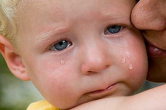 Ребенок плачет на руках