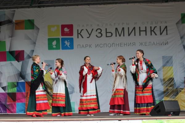 юные красавицы из народного ансамбля «Белое Злато»